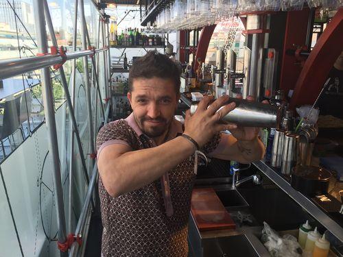 Carlos Moreno preparando un cóctel