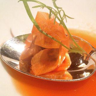 Ravioli de zanahoria en cuchara con ortiguilla marina. Restaurante Atrio