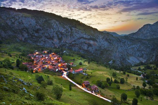 El Pueblo de Bejes, en el Parque Nacional Los Picos de Europa, Cantabria - Gonzalo Azumendi