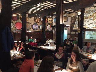 Comedor del restaurante %22Bodega del Riojano %22 en Santander