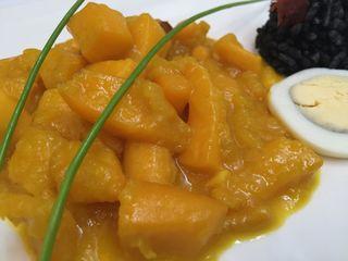 Jibia en amarillo con arroz negro