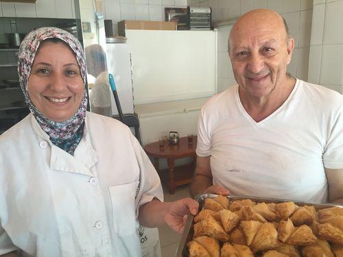 Fátima Aribouch y Abdul Hafian  en su minúsculo obrador