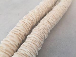 Cilindros de pasta filo, rellenos y arrugados intecionadamente.