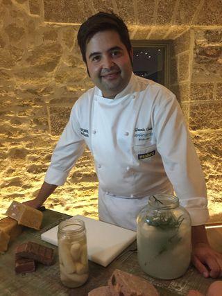 Juanlu Fernandez detrás de la mesa de embutidos