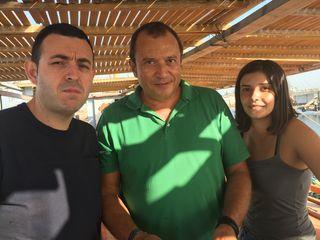Ricard Camarena, César Gómez y su hija Leire. en la cubierta de la batea