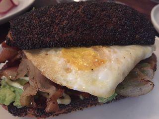 Bocadillo de huevo, panceta y aguacate