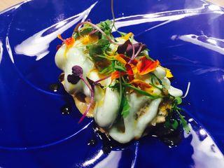 Tartar zamburiñas a la espuma de lima y cilantro