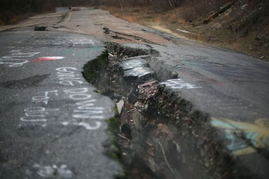 Carretera destruida en Centralia, Pensilvania (EE UU), debido al incendio iniciado en 1962 en su mina de carbón que aún sigue activo en el subsuelo.  Nicolaus Czarnecki