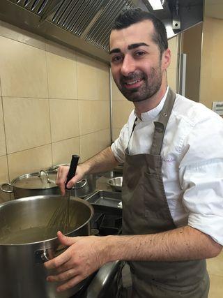 Diego Fernández preparando sus croquetas
