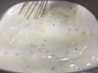 7) La besamel se revuelve una y otra vez con la ayuda de varillas, manejando la temperaturas