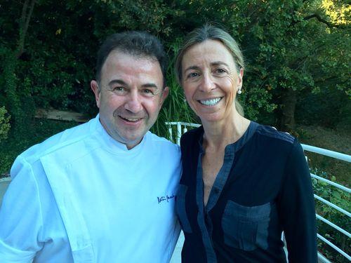 Martín Berasategui y su esposa Oneka Arregui en la terraza de su restaurante en Lasarte
