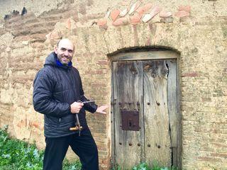 Luis Alberto a la puerta de un palomar.