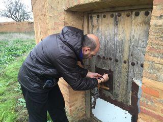 Luis Alberto Lera intentando abrir uno de los palomares