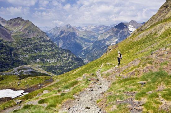 Camino del Portillón de Benasque en los Pirineos de Huesca, Aragón. AGE Fotostock. Med