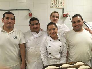 Parte del equipo de La Panotheca, con los hermanos Torres en el centro