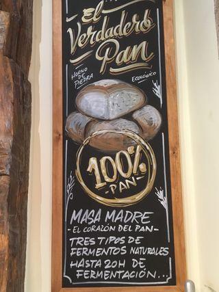 Cartel expuesto en su panadería en la calle Argensola