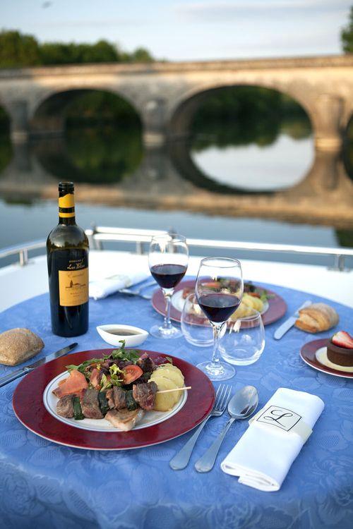 Cena a bordo barco vivienda rio Charentes (Francia)