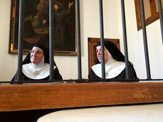 Tras las rejas. A la izquierda la madre Isabel, actual abadesa, a la derecha Sor Mirian de Nazaret responsable del obrador del convento
