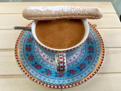 Taza de café Espuma de hongos sobre una base de praliné de ajo negro con bizcocho de soletilla