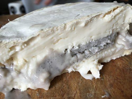 Espectacular aspecto del queso cremoso al corte relleno de.crema de caviar