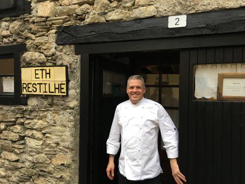 Carlos Sanllehy en la puerta de su restaurante