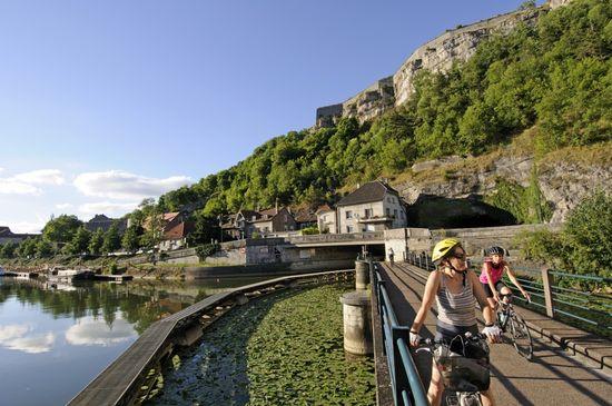 Eurovelo Francia cyclistes le long du Doubs et canal du Rhone au Rhin Besançon Denis BRINGARD;