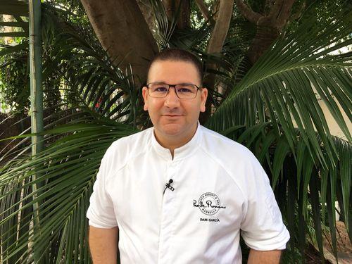 Dani García en la puerta de su restaurante en Puente Romano