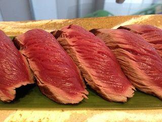 Nigiris de tataki de potro en el restaurante Blue Gallery