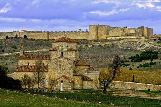 Las murallas de Urueña con la ermita románica de la Anunciada en primer plano Félix González