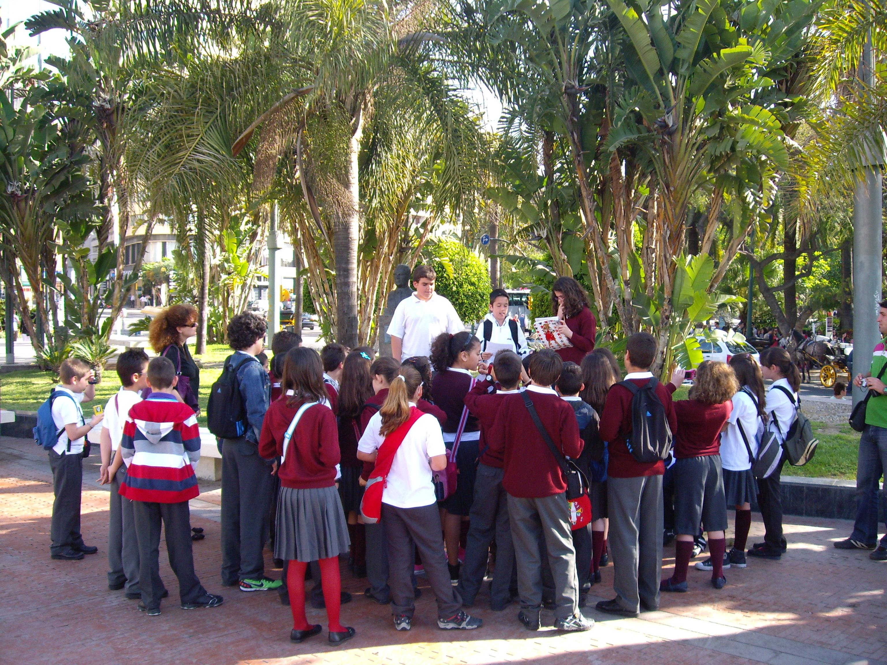 Parada del itinerario didáctico guiado por un alumno