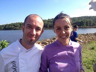 El cocinero Oscar Torrens junto a Elisabeth Julienne, ganadora oficiosa de la demostración