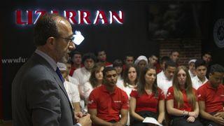 Juan José Litrán, director de Relaciones Corporativas de Coca Cola con un grupo de alumnos del Bar Escuela