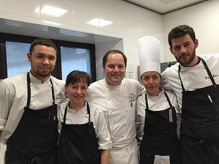 Enrique Fleischmann con el quipo de cocina del restaurante Bailara. A la izquierda Jaime Gómez, jefe de cocina. En el extremo derecho Jesús Mena y a su lado la magnífica pastelera mexicana Mariana de la Garza.