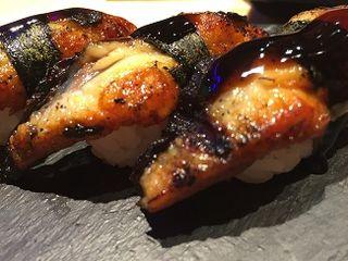Nigiri de anguila asada en el kamado