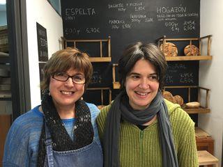 Beatriz Echeverría, a la derecha, con  Valle, una de las dependientas de El Horno de Babette a la izquierda