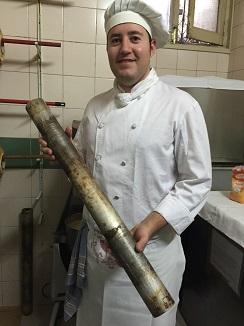 Javier Mora mostrando el cilindro sobre el que se monta el baunkuchem