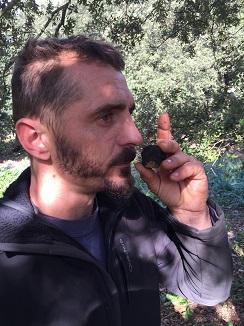 Jaime Roselló oliendo una trufa