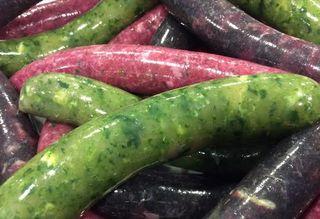 Salchichas frescas de colores de carne con espinacas, remolacha, lombarda y hasta tinta desepia.