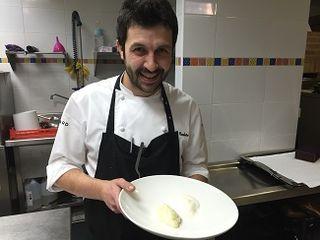 Iván Cedeño con las pruebas de brandada y espuma de atascaburras en las cocinas de El Carmen de Montesión