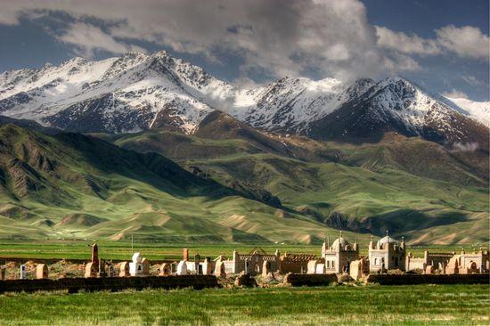 Cementerio kirguís a los pies del macizo Tian Shan, en Kirguistán Tan Yilmaz