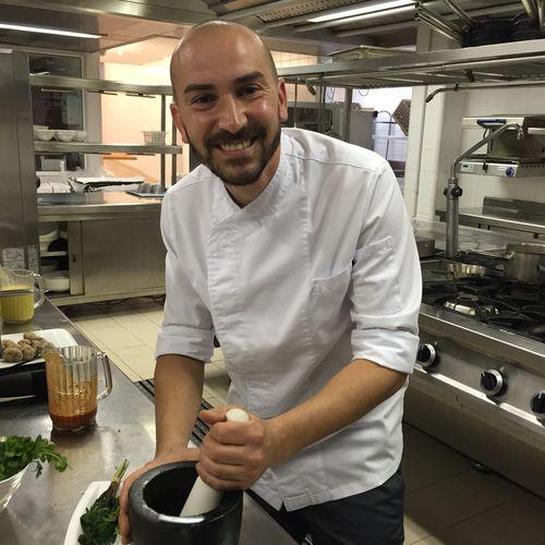 Braulio Simancas en las cocinas del restaurante Las Aguas