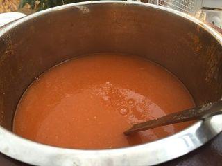Sopa de tomate que se ofrece en la terraza restaurante