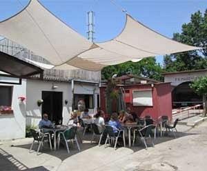 Terraza improvisada para el buen tiempo, al fondo la bolera asturiana