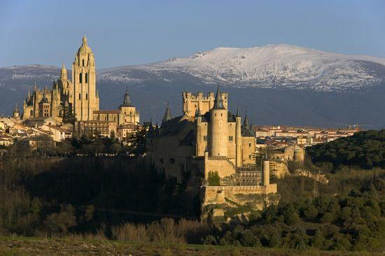 Segovia, con el Alcázar y la Catedral. Al fondo, la cumbre de Peñalara. - RENÉ MATTES