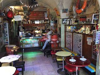 Interior de la tienda Sol e Pesca donde se venden y degustan latas de sardinas con cerveza