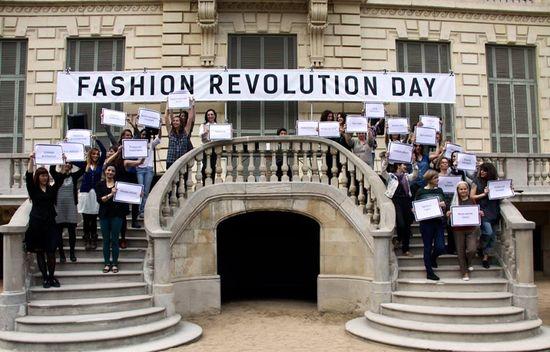 Els-dissenyadors-de-Moda-Sostenible-Barcelona-amb-cartels-reivindicatius-al-final-de-la-desilada-del-Palau-Robert-