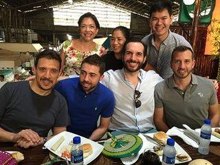 Margarita Forés, Francis Paniego y Mario Sandoval con sus ayudantes en el mercado de Manila