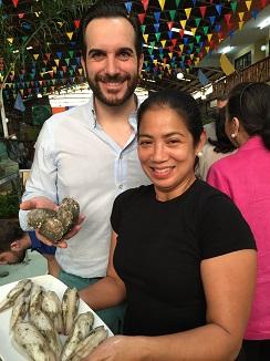 La cocinera filipinaMargarita Forés con Mario Sandoval en el mercado de Manila