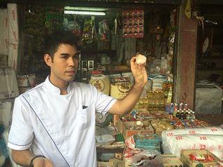 Tomm, profesor de Blue Elephant, mostrando algunos ingredientes de la cocina tai