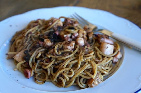 Espaguetis con pulpo y ajo negro
